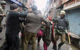 CRPF arrests protesters in Srinagar